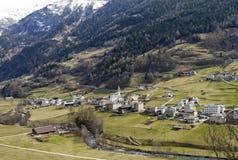 Kleine stad bij Alpiene vallei royalty-vrije stock foto