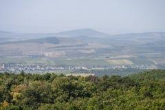 Kleine stad bij de bodem van de berg stock fotografie