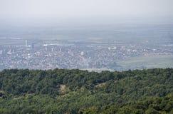 Kleine stad bij de bodem van de berg royalty-vrije stock foto's