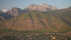Kleine stad bij de voet van de berg stock videobeelden