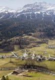 Kleine stad bij helling van de berg van de Alp royalty-vrije stock foto's