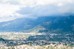 Kleine stad in de bergen stock afbeeldingen