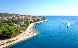 Kleine stad door de Adriatische kust in Kroatië stock foto