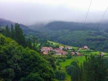 Kleine stad in een vallei, in midden van de bergen en de bossen, royalty-vrije stock foto