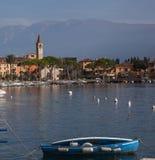 Kleine stad Italië op meervoorzijde Stock Fotografie