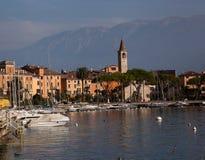 Kleine stad Italië op meervoorzijde Stock Afbeeldingen