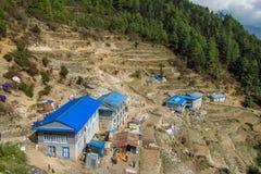 Kleine stad in Khumbu, bergdorp op EBC-trekkingsroute in Nepal stock afbeeldingen