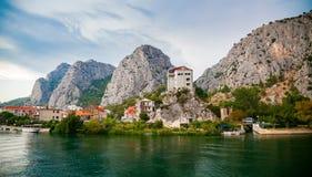 Kleine stad Omis op de rivier Cetina Royalty-vrije Stock Fotografie