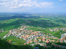 Kleine stad onder heuvels Royalty-vrije Stock Fotografie