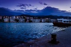 Kleine stad op de kust De samenstelling van de aard Stock Foto's