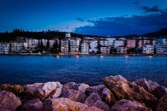 Kleine stad op de kust De samenstelling van de aard Royalty-vrije Stock Foto's