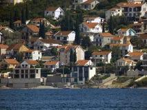 Kleine stad op een kust royalty-vrije stock afbeelding