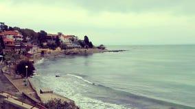 Kleine stad op het overzeese strand stock footage