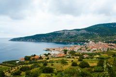 Kleine stad op kust op Vis Island in Kroatië Stock Foto