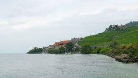 kleine stad tussen Lausanne en montreux, het meer van Genève, Zwitserland stock videobeelden