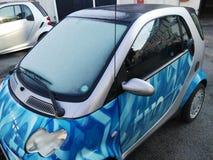 Kleine stadsauto in de winter stock afbeelding