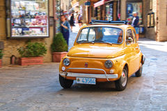 Kleine stadsauto Fiat 500 op de straat in Italië Royalty-vrije Stock Fotografie