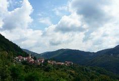 Kleine Stadt auf dem Hügel stockfotos