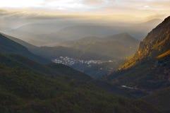 Kleine Stadt auf den Bergen stockfotografie