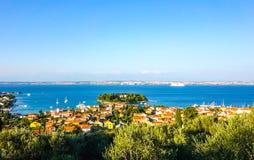 Kleine Stadt durch die adriatische Küste in Kroatien Lizenzfreies Stockfoto