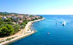 Kleine Stadt durch die adriatische Küste in Kroatien Stockfoto