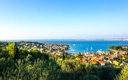 Kleine Stadt durch die adriatische Küste in Kroatien Lizenzfreie Stockfotografie