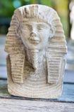 Kleine Standbeelden van koningsfarao op houten lijst royalty-vrije stock afbeelding