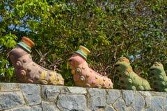 Kleine standbeelden van rupsbanden voor decoratie in de tuin Stock Foto