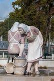 Kleine standbeelden van werkende dames op Portimao-stad Stock Afbeelding