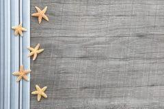 Kleine Starfishes auf grauem hölzernem schäbigem schickem Hintergrund Stockfoto