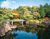 Kleine steenbrug over de vijver bij koko-Engelse Tuin in de herfst in Himeji, Japan royalty-vrije stock foto's