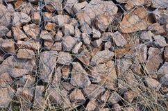 Kleine Steine sind unter Eisendrähten Stockfotos
