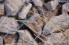 Kleine Steine sind unter Eisendrähten Lizenzfreie Stockfotografie