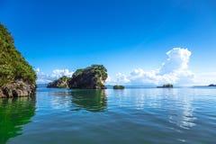 Kleine Steininseln in Samana-Halbinsel, dominikanisch lizenzfreies stockbild