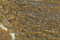 Kleine stenen als achtergrond bij de bodem van de rivier stock fotografie