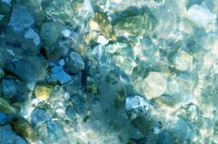 Kleine stenen als achtergrond bij de bodem van de rivier royalty-vrije stock afbeeldingen