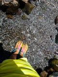 Kleine stenen in water stock afbeelding