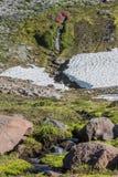 Kleine Ströme bricht auseinander Winter-Schnee-Regal stockfotos