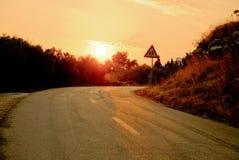 Kleine Straße bei Sonnenuntergang Stockfotos