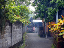 Kleine Straße in einem Bali-Dorf Stockfotos