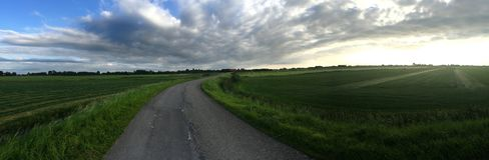 Kleine Straße in Friesland Stockbild