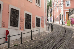 Kleine Straße in Lissabon Portugal lizenzfreie stockfotos