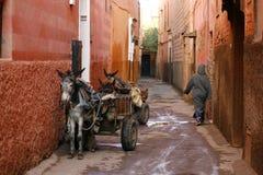 Kleine Straße Marrakeschs im medina. Marokko Stockfotos