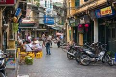 Kleine Straße mit Café im Freien in altem Viertel Hanois neighbourho Stockfotografie