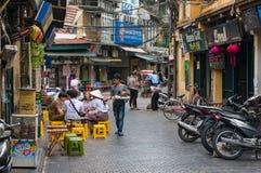 Kleine Straße mit Café im Freien in alten Vierteln Hanois Lizenzfreies Stockbild