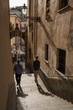 Kleine Straße mit Treppe in Acqui Terme Stockbilder