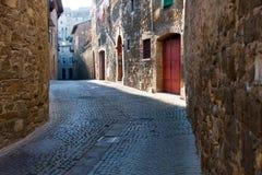 Kleine Straße in Montalcino Stockbilder
