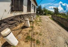 Kleine Straße und ein Haus, Ungarn Stockfotos