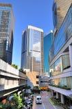 Kleine Straße unter modernen Gebäuden, Hong Kong Stockfotografie