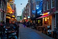 Kleine Straße von Amsterdam nachts lizenzfreies stockfoto